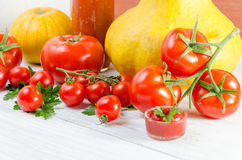 Samenstelling van grote tomaten, kers, pompoen, sap op pater Royalty-vrije Stock Foto's