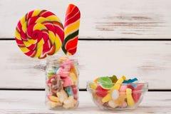 Samenstelling van heerlijk suikergoed op houten achtergrond stock foto's