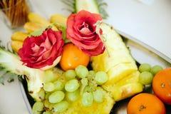 Samenstelling van heldere rijpe vruchten en bessen, bloemen stock foto's