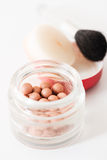 Samenstelling van het bronzen van parels en de verticaal van de make-upborstel Stock Foto