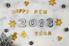 Samenstelling van het Kerstmis de nieuwe jaar met ruwe koekjes en cijfers 2018 gemaakt van bloem op Kerstmisachtergrond Stock Foto's