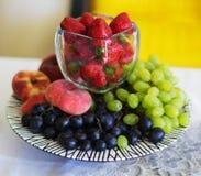 Samenstelling van het verse fruit en de bessen royalty-vrije stock foto