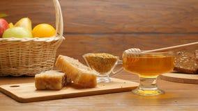 Samenstelling van honing, honingraat, vruchten, bruin Tommy en bijenbrood (LR Pan) stock videobeelden