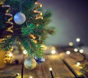 Samenstelling van Kerstboom in vaas met decoratie en lichten op de houten uitstekende lijst Retro achtergrond van stijlkerstmis S royalty-vrije stock foto's