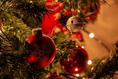 Samenstelling van Kerstmis met decoratie van Kerstboom in een atmosfeer Kerstmis stock foto