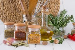 Samenstelling van keukengereedschap, kruiden en kruiden royalty-vrije stock foto