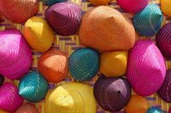 Samenstelling van kleurrijk kegel geweven bamboe Stock Fotografie