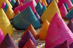 Samenstelling van kleurrijk kegel geweven bamboe Stock Foto's