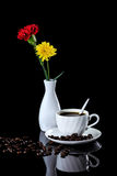 Samenstelling van koffie, gele chrysant en rode anjer  Stock Afbeeldingen