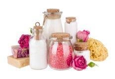 Samenstelling van kosmetische die flessen en zeep op witte achtergrond worden geïsoleerd Royalty-vrije Stock Afbeeldingen