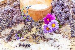 Samenstelling van lavendel en overzees zout royalty-vrije stock foto