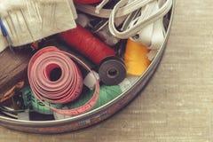 Samenstelling van naaister, kleermaker, draad voor het naaien en voor het breien stock fotografie
