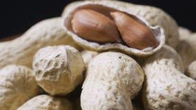 Samenstelling van pinda's die olie dienen te maken, pindakaas Groot voor gezonde en dieetvoeding Concept van stock videobeelden