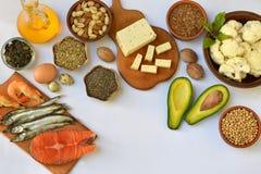 Samenstelling van producten die onverzadigde vetzuren Omega 3 bevatten - vissen, noten, tofu, avocado, ei, sojaboon, vlas, pompoe royalty-vrije stock foto