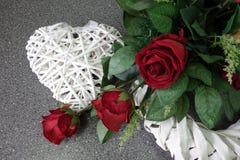 Samenstelling van rode rozen met hart Royalty-vrije Stock Foto