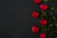 Samenstelling van rode rozen op donkere grijze achtergrond Romantisch sjofel elegant decor Hoogste mening Het concept van de lief Royalty-vrije Stock Foto