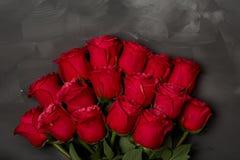 Samenstelling van rode rozen op donkere grijze achtergrond Romantisch sjofel elegant decor Hoogste mening Het concept van de lief Royalty-vrije Stock Afbeeldingen