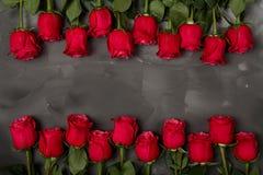 Samenstelling van rode rozen op donkere grijze achtergrond Romantisch sjofel elegant decor Hoogste mening Het concept van de lief Royalty-vrije Stock Fotografie