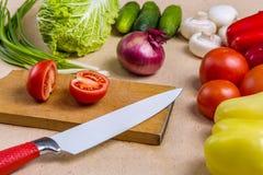 Samenstelling van ruwe organische vegetabes met mes Stock Foto