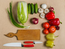 Samenstelling van ruwe organische vegetabes met mes Royalty-vrije Stock Afbeeldingen