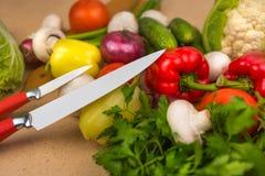 Samenstelling van ruwe organische vegetabes met mes Royalty-vrije Stock Foto
