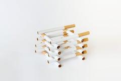 Samenstelling van sigaretten op wit Stock Foto's