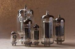 Samenstelling van uitstekende elektronische vacuümbuizen op kraftpapier-document achtergrond Royalty-vrije Stock Afbeeldingen
