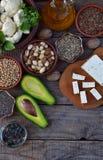 Samenstelling van vegetarische producten die onverzadigde vetzuren Omega 3 bevatten - noten, hennep, chia, vlas, avocado, sojabon royalty-vrije stock foto