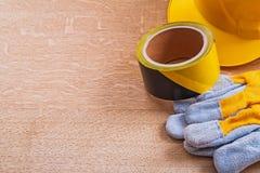 Samenstelling van veiligheidsvoorwerpen op houten bruin stock fotografie