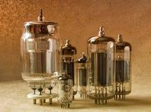 Samenstelling van verschillende tipes elektronische vacuümbuizen in warme tonen Stock Fotografie