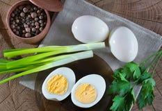 Samenstelling van voedsel van ei, peper, groen, op een houten achtergrond Soort van hierboven stock afbeeldingen