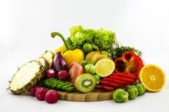 Samenstelling van vruchten en groenten op houten raad Besnoeiing en gesneden Royalty-vrije Stock Foto's