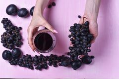 Samenstelling van wijn, druif en pruimen royalty-vrije stock foto
