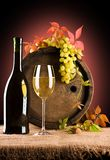 Samenstelling van wijn en druif en gebladerte van druif Stock Afbeelding