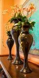 Samenstelling van zwarte vazen met bloemen Stock Fotografie