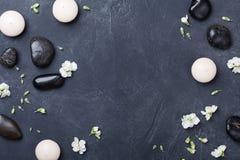 Samenstelling voor aromatherapy of kuuroord verfraaide bloemen op zwarte steen hoogste mening als achtergrond Schoonheidsbehandel stock foto