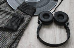Samenstelling, wollen sweatshirt zwarte hoofdtelefoons en een groot vinylverslag royalty-vrije stock afbeeldingen