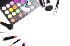 Samenstellingsborstels, kleurrijk oogschaduwpalet, pincet en lipsti stock afbeelding