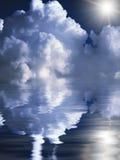 Samenvatting cloudscape boven de waterachtergrond Stock Foto's