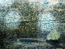 Samenvatting Detail van bevroren ijzig blad Ijsbarsten die oppervlakte, ijsschollen vormen die op rivier stromen Stock Foto