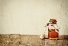 Samenvatting gefiltreerd beeld van de kruik van het honingsglas Rosh hashanah (jewesh vakantie) concept traditionele vakantiesymb royalty-vrije stock afbeeldingen