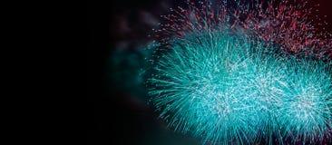 Samenvatting gekleurde vuurwerkachtergrond met vrije exemplaarruimte voor tekst Kleurrijk viering en verjaardagsconcept voor uw o royalty-vrije stock foto's