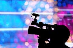Samenvatting met silhouet van Fotograafvideo bij stadium en het onduidelijke beeld Royalty-vrije Stock Foto's
