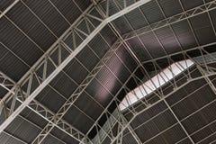 Samenvatting metaalkader van het dak van industrieel gebouw in t Royalty-vrije Stock Fotografie