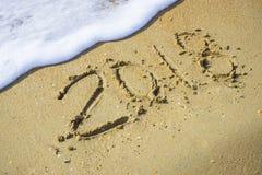 Samenvatting 2018 op een achtergrond van het strandzand Stock Fotografie