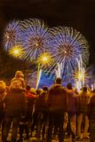 Samenvatting vaag mensenmenigte het letten op vuurwerk en het vieren stock fotografie