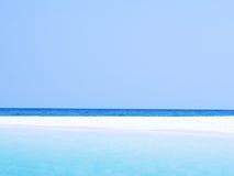 Samenvatting vaag op oceaan het strandachtergrond van de vakantiezomer Ontruim blauwe hemel, mooie tropische overzees, blauw wate royalty-vrije stock fotografie