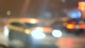 Samenvatting vage aandrijving als achtergrond op de nachtweg stock footage