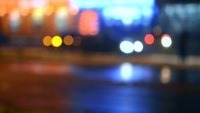 Samenvatting vage aandrijving als achtergrond op de nachtweg stock video