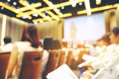 Samenvatting vage mensen die workshop in opleidingsruimte doen, educati stock foto